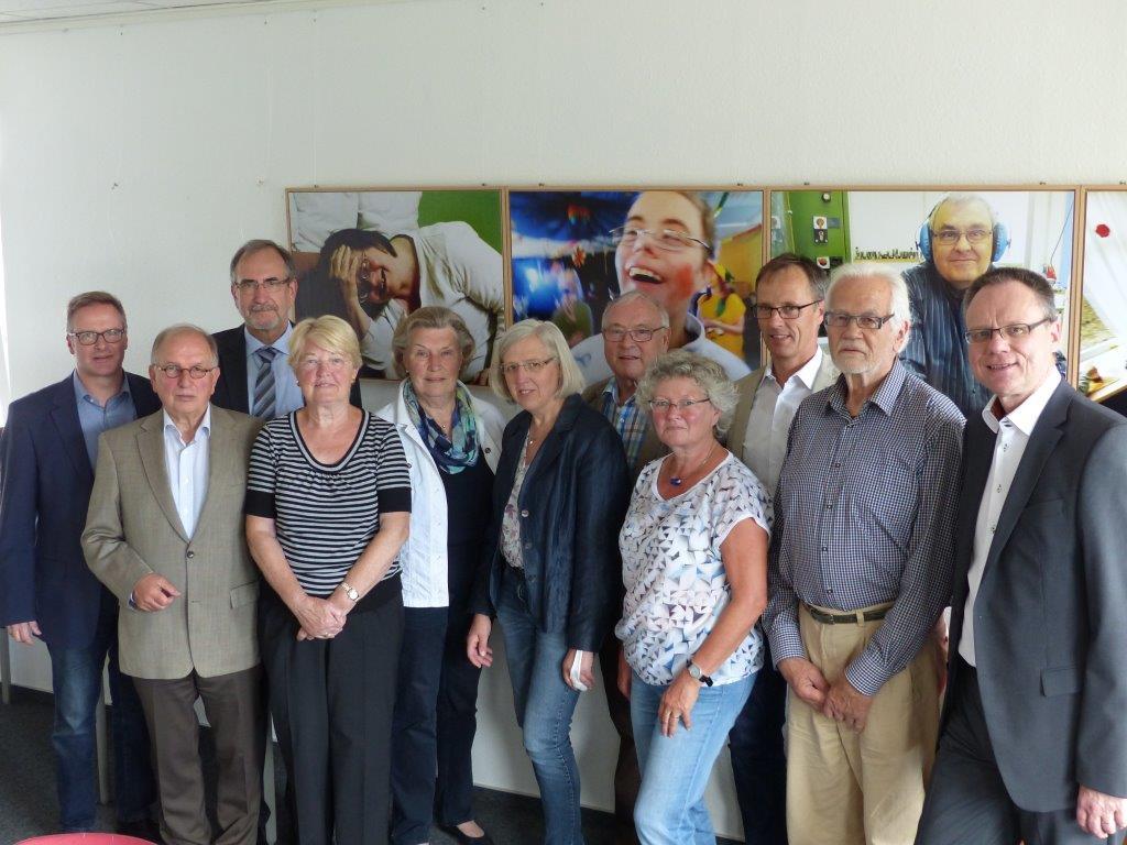 Bildunterschrift: v.l: Stephan Steuernagel (LH-Herford), Werner Esser (LH Unterer Niederrhein), Prof. Dr. Gerd Ascheid (LH-Aachen), Elisabeth Gottmann (LH-Rodenkirchen), Bärbel Zuhl (LH-Herford), Ursula Stienen (LH-Paderborn), Willi Köster (LH-Oberhausen), Evelyn Voßhans (LH-Gütersloh), Herbert Frings (LH NRW, Hürth), Herrmann Hibbeler (LH Detmold), Thorsten Gall (LH-Düren).