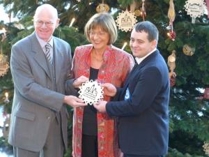Überreichung des Weihnachtsbaumes durch Ulla Schmidt und Enrico Schütze an Prof. Dr. Norbert Lammert